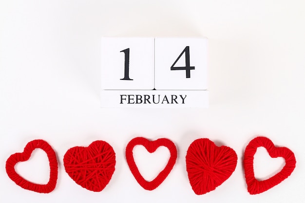 Rode zelfgemaakte diy hart gemaakt van karton, garen, houten eeuwigdurende kalender