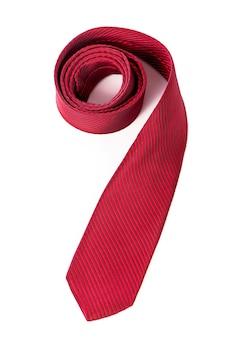 Rode zijde zakelijke stropdas opgerold op witte achtergrond.