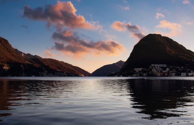 Rode zonsondergang op het meer van lugano