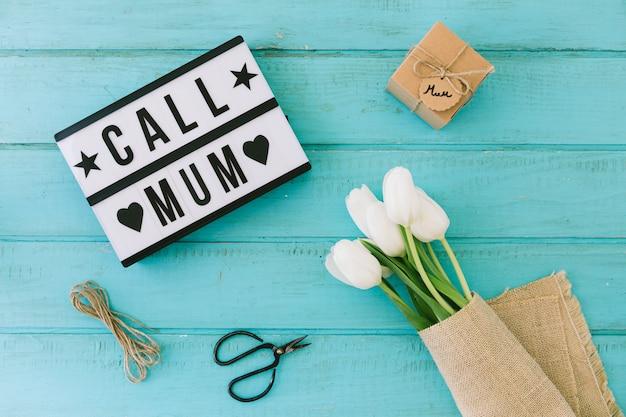 Roep mum inscriptie met tulpen