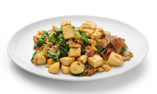 Roer gebakken rijstnoedels met tofu