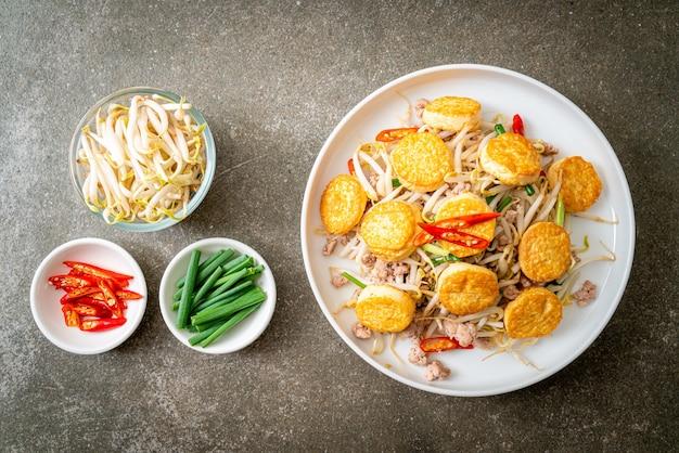 Roer, gebakken taugé, eitofu en varkensgehakt, aziatische eetstijl