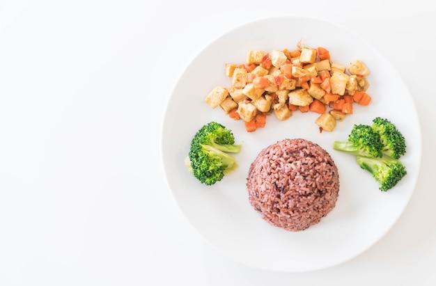 Roer gebakken tofu en wortel met berry rijst