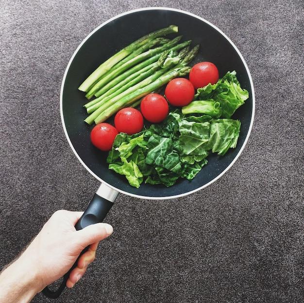 Roer gezonde groenten voor de lunch