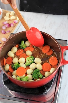 Roerbak groente en kwartel ei met oestersaus telur puyuh saus tiram