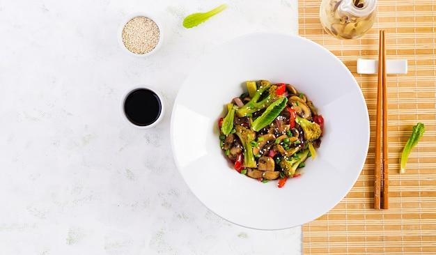 Roerbak groenten met champignons, paprika, rode uien en broccoli. gezond eten. aziatische keuken. bovenaanzicht, boven het hoofd