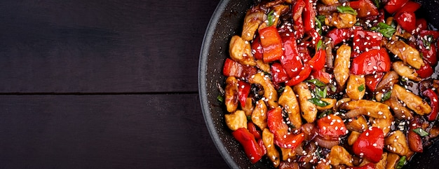 Roerbak kip, paprika en groene ui. bovenaanzicht. aziatische keuken