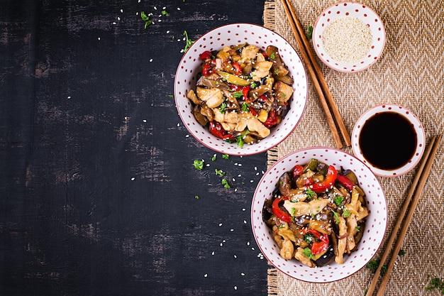 Roerbak met kip, aubergine, courgette en paprika - chinees eten. bovenaanzicht, boven