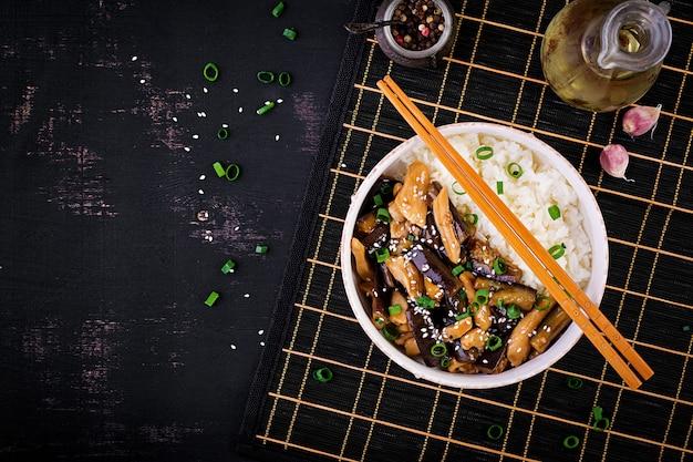 Roerbak met kip, aubergine en gekookte rijst