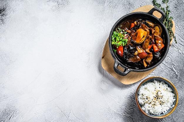 Roerbak rundvlees in oestersaus met rijst. witte achtergrond. bovenaanzicht. kopieer ruimte