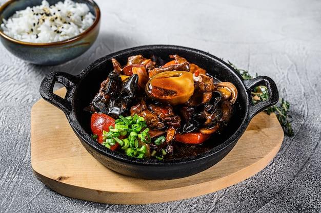 Roerbak rundvlees in oestersaus met rijst. witte achtergrond. bovenaanzicht