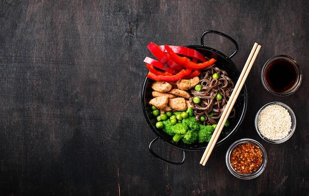 Roerbak soba met vlees en groenten