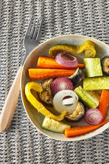 Roerbak van gemengde groenten met parmezaanse kaas