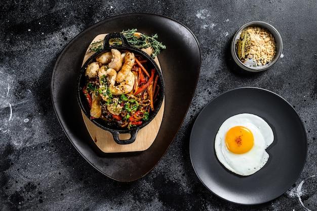 Roerbaknoedels met groenten en kip woknoedels