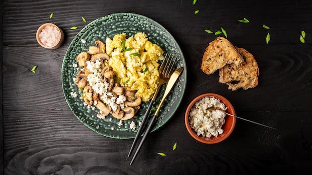 Roerei, champignons met toast. gezond ontbijt of brunch. zelfgemaakte maaltijd.