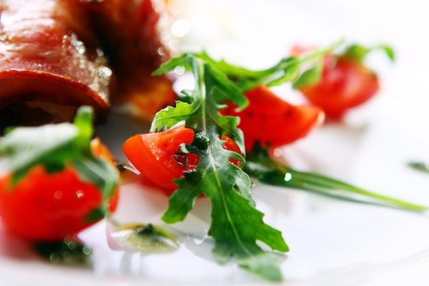 Roerei geserveerd met spek en groen