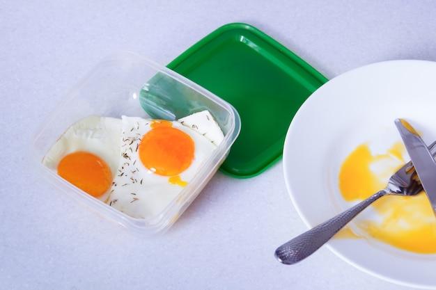Roerei in plastic bak overgebleven voedsel voor toekomstige voedselbesparing redelijke consumptie