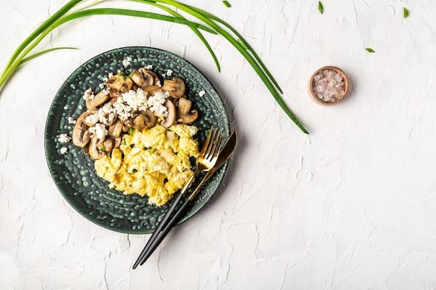 Roerei met champignonpaddestoelen. heerlijk ontbijten of tussendoortje op een lichte tafel.
