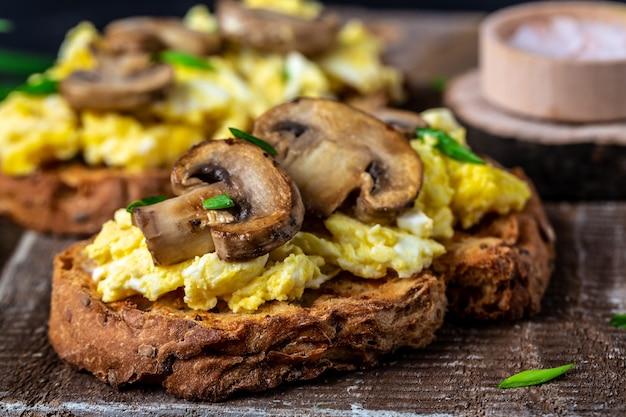 Roerei met champignons en kwark op toast. receptentabel voor eten. detailopname.