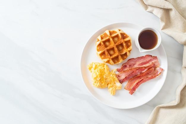 Roerei met spek en wafel als ontbijt