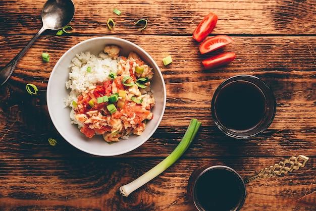 Roerei met tomaten, prei en witte rijst. turkse koffie en gesneden ingrediënten.