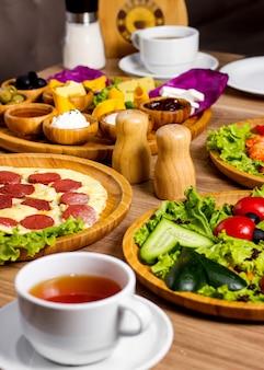 Roerei met worstjes en groente salade op tafel