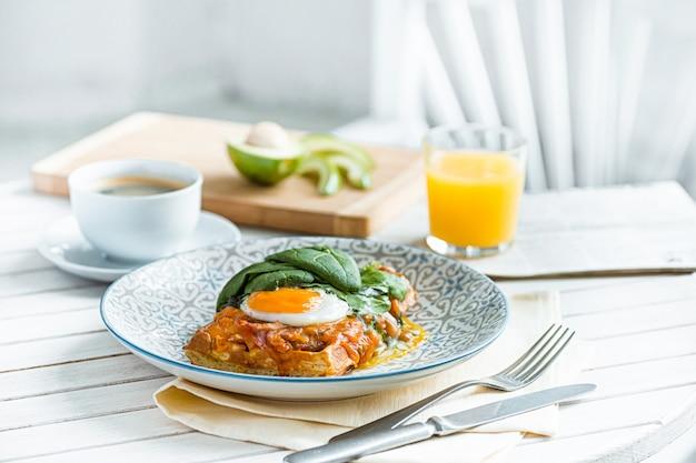 Roerei op vlees met gebakken aardappelen en toast