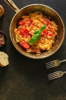 Roerei tomaat, ontbijt lekker en gezond, menu. voedsel. copyspace