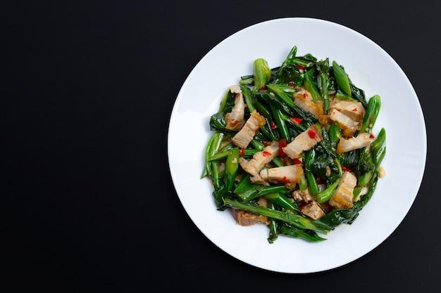 Roergebakken chinese boerenkool met krokant buikspek