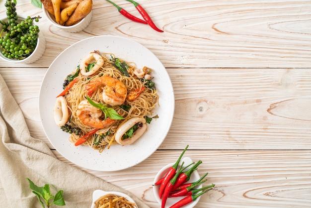 Roergebakken chinese noodle met basilicum, chili, garnalen en inktvis