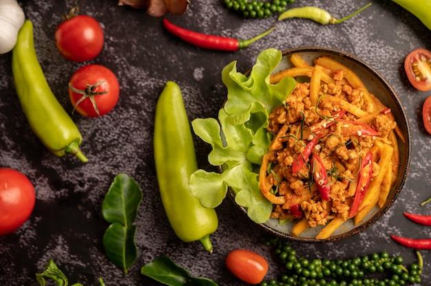 Roergebakken currypasta met bamboescheuten en gehakt