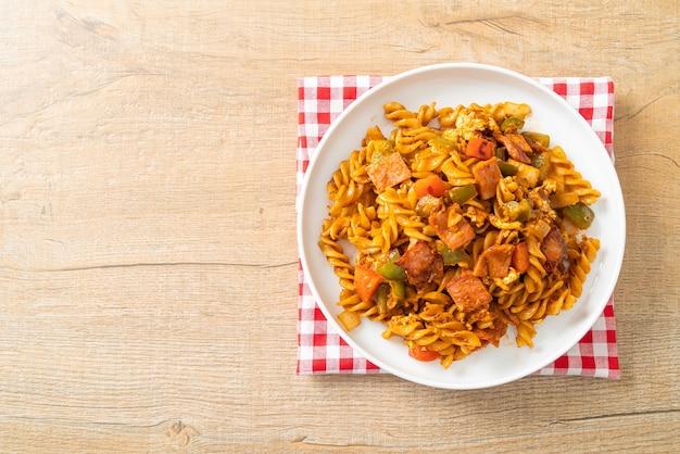 Roergebakken fusilli pasta met ham en tomatensaus