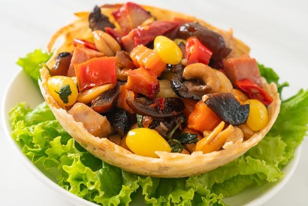 Roergebakken gemengd chinees fruit en noten - aziatisch eten