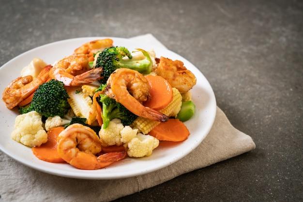 Roergebakken gemengde groente met garnalen