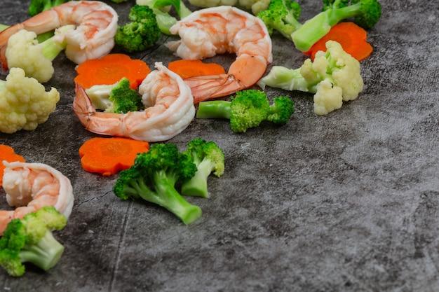Roergebakken gemengde groenten met garnalen.