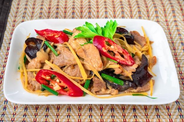 Roergebakken gesneden gember met varkensvlees, een thais bijgerecht dat met rijst wordt gegeten