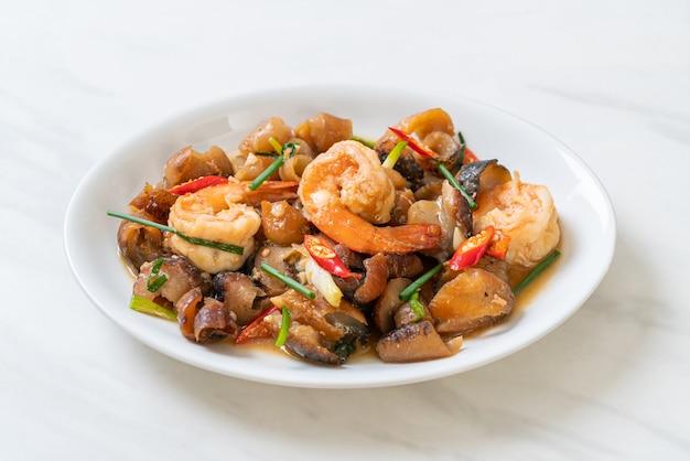 Roergebakken gestoofde zeekomkommer met garnalen - aziatisch eten