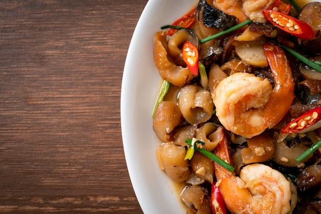 Roergebakken gestoofde zeekomkommer met garnalen - aziatische stijl food