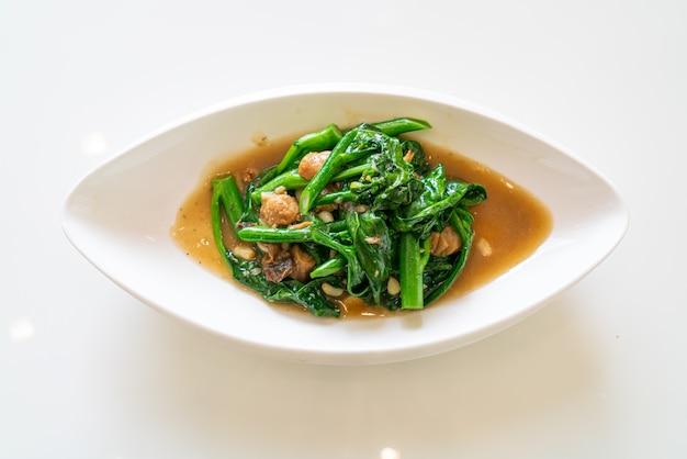 Roergebakken gezouten vis met chinese boerenkool