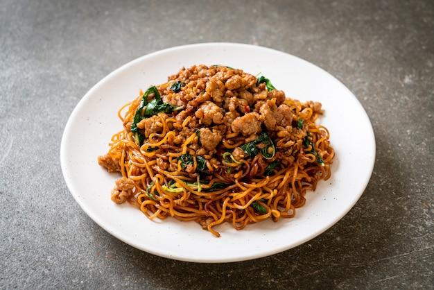 Roergebakken instant noedels met thaise basilicum en varkensgehakt - aziatisch eten