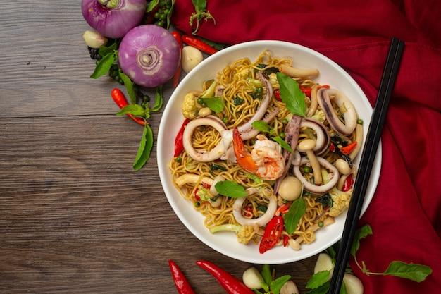 Roergebakken instant noedels met zeevruchten en diverse groenten