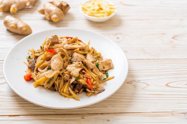 Roergebakken kip met gember, aziatisch eten