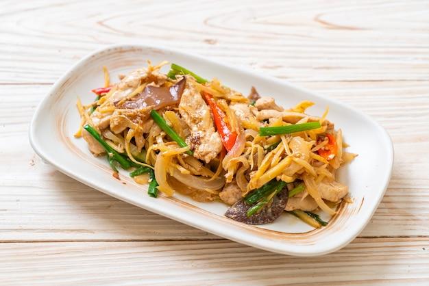 Roergebakken kip met gember - aziatische eetstijl