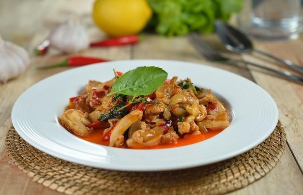 Roergebakken kip met heilige basilicum en hete chili