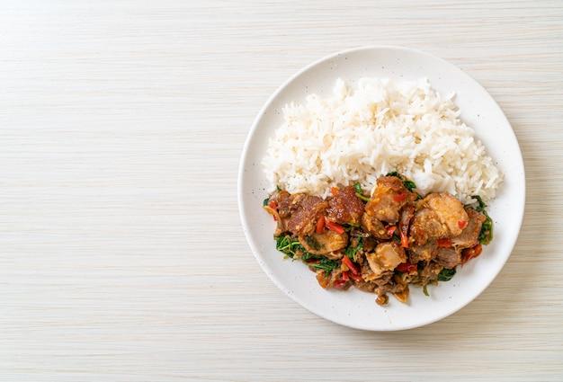 Roergebakken krokante buikspek en basilicum met rijst, aziatische lokale streetfood stijl