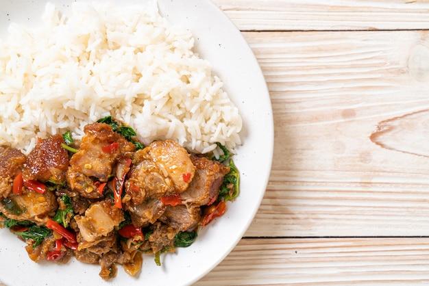 Roergebakken krokante buikspek en basilicum met rijst