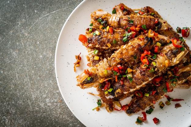 Roergebakken mantis garnalen of rivierkreeftjes met chili en zout. zeevruchtenstijl