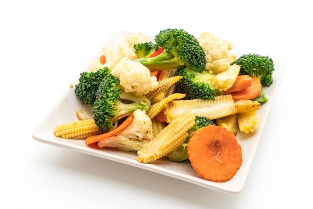 Roergebakken mix groente geïsoleerd op wit