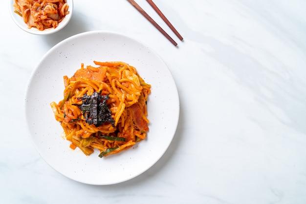 Roergebakken noedels met koreaanse pikante saus en groente