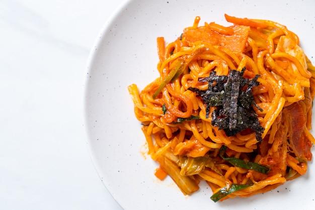 Roergebakken noedels met koreaanse pittige saus en groente